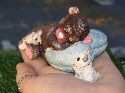 brauner Teddy auf blauem Herzpolster mit 2 weißen Chinchilla