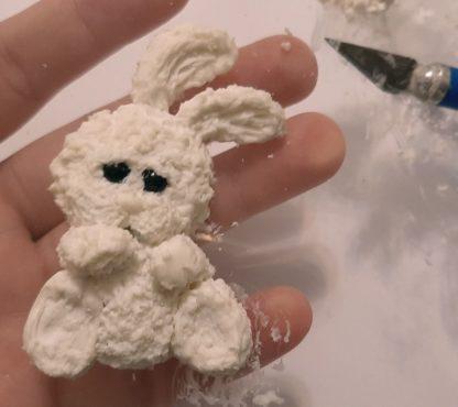 weißes kleines Kaninchen