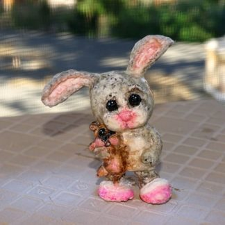 graues Kaninchen mit Teddy